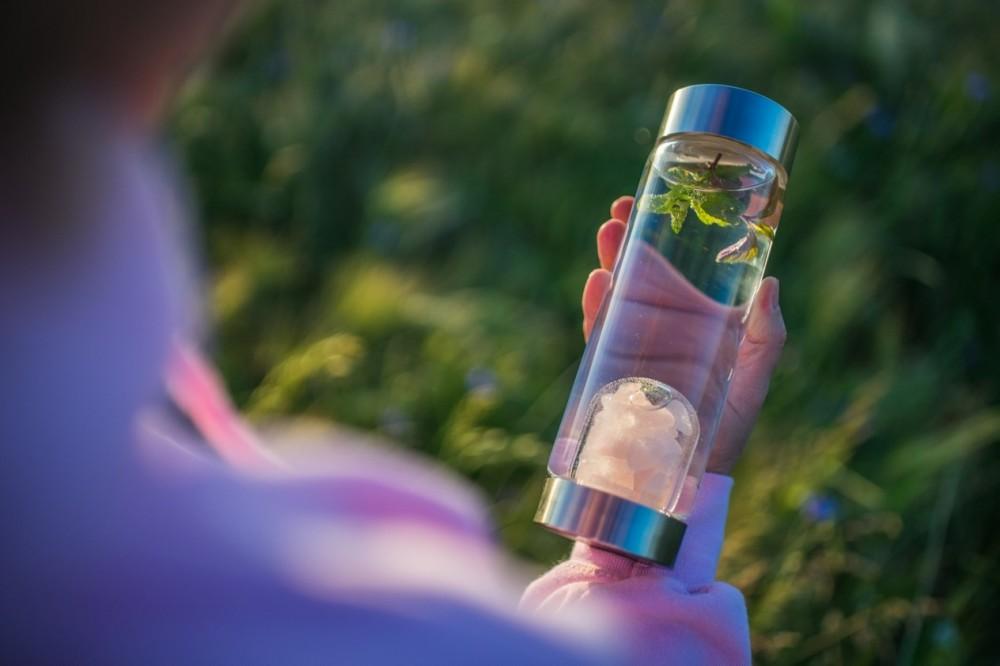 Lahev ViA | Harmonie - něžné růženíny navrací energii vodě i vám <a href=https://www.vodavita.cz/eshop/lahve/via-harmonie.htm>více informací</a>