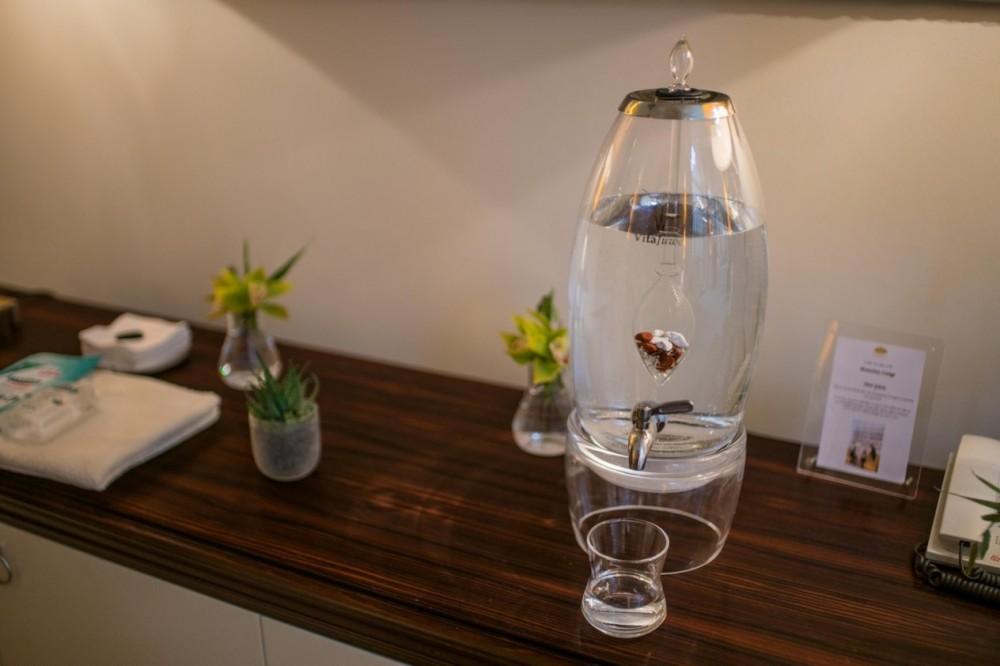 Karafa GRANDE | na 7 litrů čerstvé drahokamové vody. Pro domácnosti i veřejné prostory <a href=https://www.vodavita.cz/eshop/zasobniky-na-vodu/karafa-grande-7-litru.htm>více informací</a>